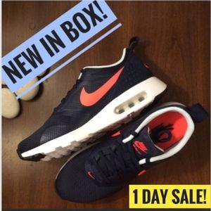 ⬇️SALE!⬇️ NWT NEW Nike Air Max Tavas
